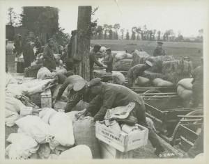 Chargement de rations alimentaires pour le front