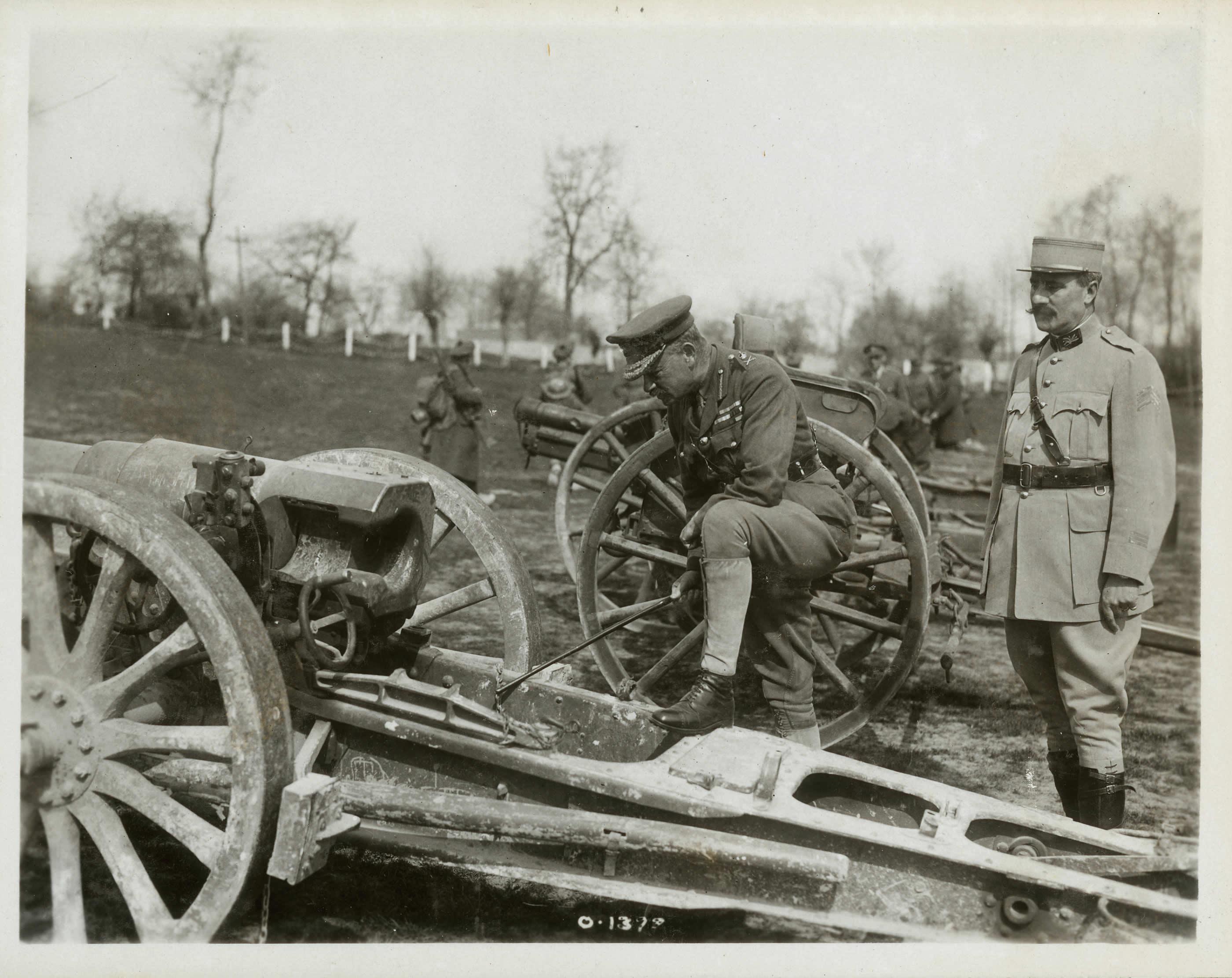 Byng en train d'inspecter des canons pris à l'ennemi