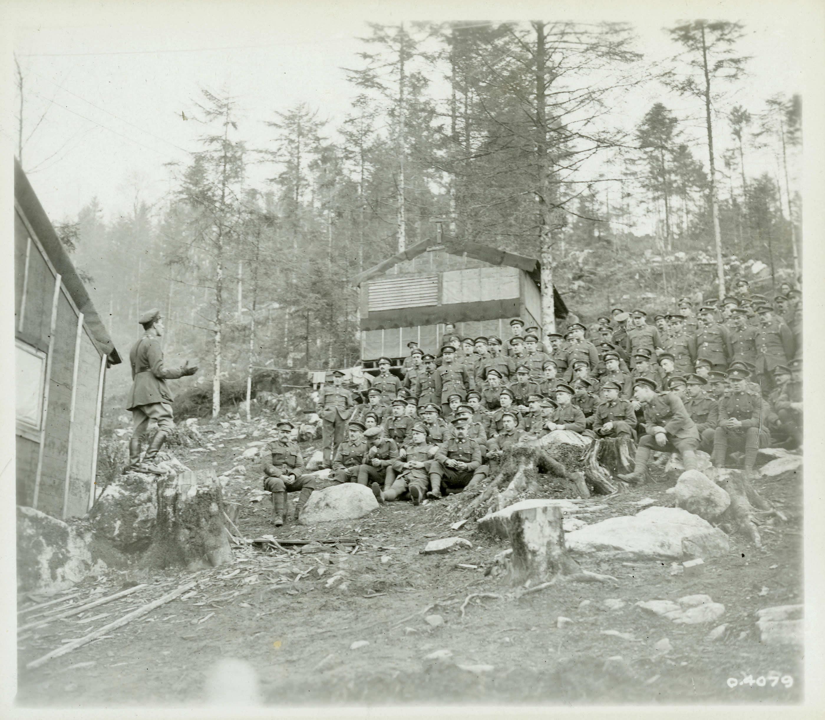 Aumônier s'adressant au Corps forestier