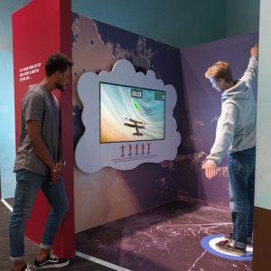 Un jeune homme utilise son corps pour naviguer un avion virtuel.