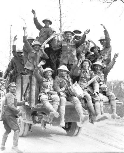 Des Canadiens revenant de la crête de Vimy, 1917