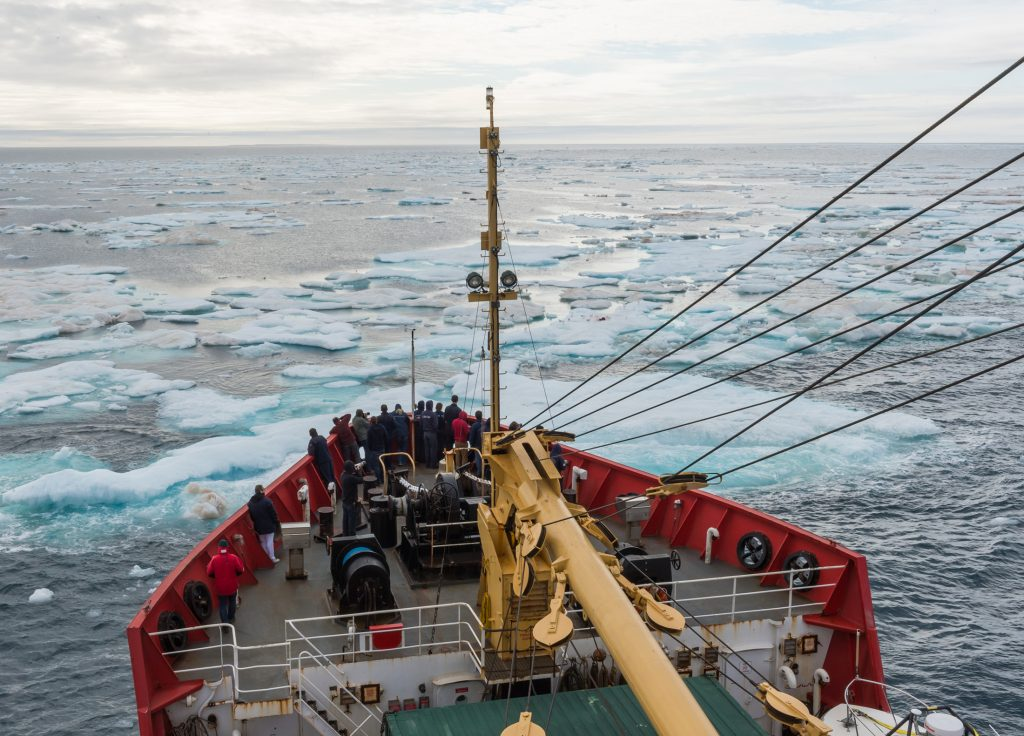 Un navire de la Garde côtière canadienne fendant les glaces