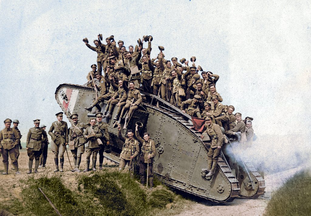 Photo colorisée de troupes rassemblées sur un char
