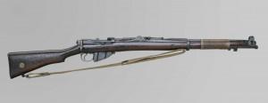 Fusil Lee-Enfield entouré de fil de fer