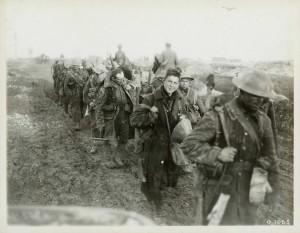 Troupes canadiennes revenant des tranchées