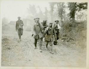 Prisonniers et blessés portant des masques à gaz.