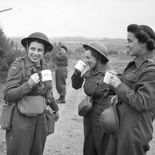 Trois infirmières de l'armée canadienne en tenue de combat et casques Mark II prenant le thé dehors.