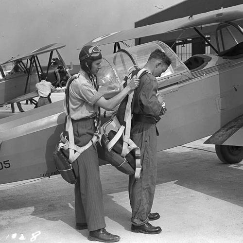 Deux membres de l'aviation se préparent avant le décollage.