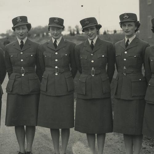Sept membres de la Service féminin de l'Aviation royale du Canada posent en veste de tenue.