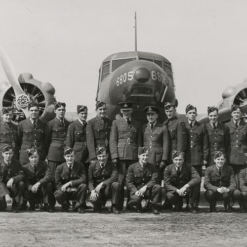 Photo de groupe d'aviateurs devant un avion.