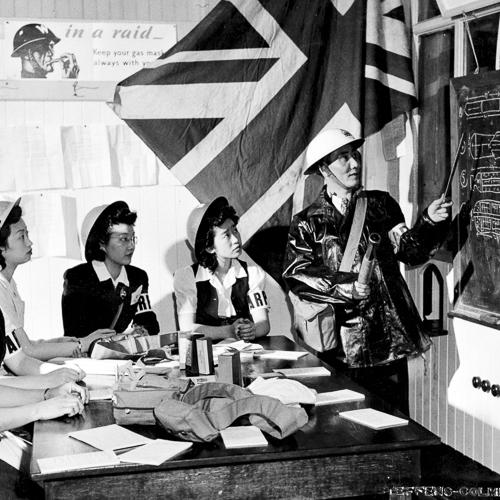 Cinq femmes canadiennes d'origine chinoise portant des brassards sont enseignés sur les différents types de bombes.
