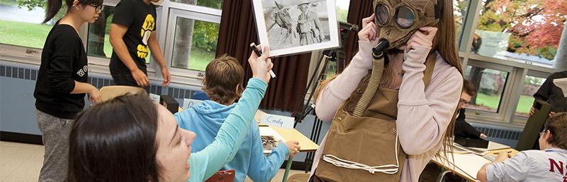 Des élèves examinent des artefacts de la Boite de découverte sur la Première guerre mondiale.