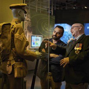 Un ancien combattant avec un visiteur du Musée