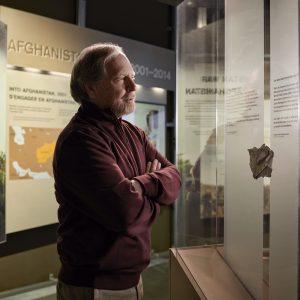 Un visiteur du Musée