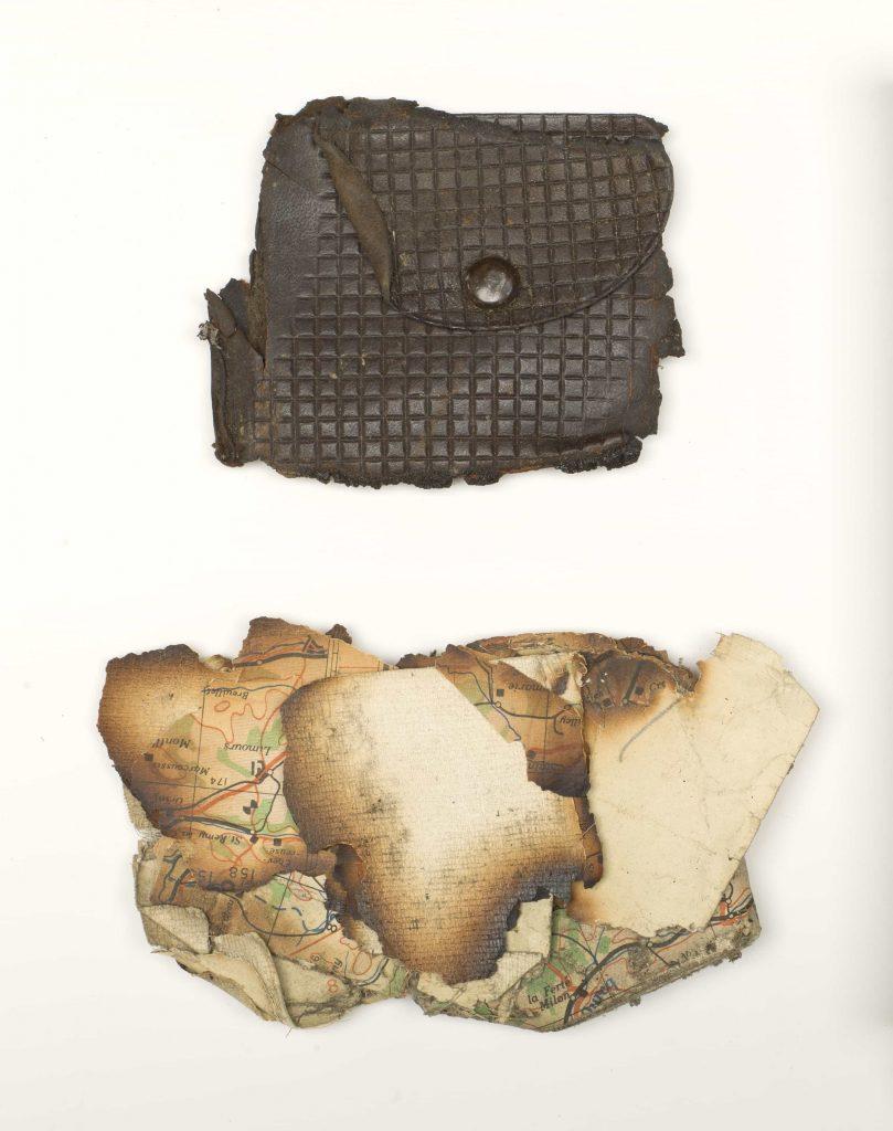 Porte-monnaie endommagé et morceaux d'une carte calcinée