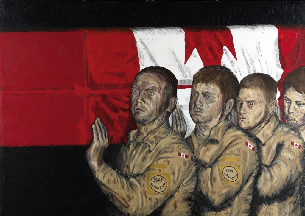 Quatre hommes en uniforme portent un cercueil enveloppé du drapeau canadien.