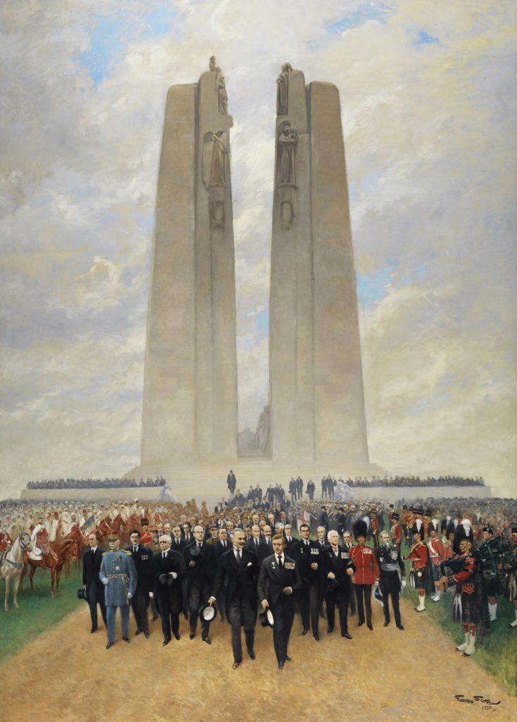 Des hommes dirigent une procession qui s'éloigne du Mémorial de Vimy. Ils sont élégamment vêtus, entremêlant costumes civils et uniformes de cérémonie militaires.