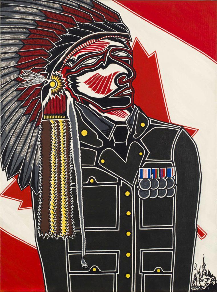 Un homme autochtone portant une coiffure de guerre traditionnelle et un uniforme militaire se tient devant un drapeau canadien partiellement obstrué.