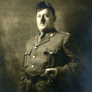 Homme portant un uniforme