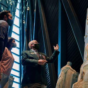 Les gens regardent une sculpture.