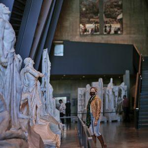 Une personne regarde des sculptures.