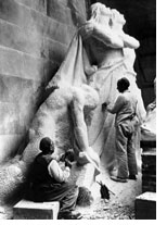 Des sculpteurs français travaillant 'la Brisure de l'épée'.