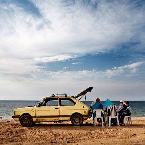 Famille avec voiture sur la plage