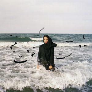 Femme debout dans les vagues
